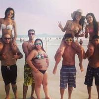 Des couples à la plage