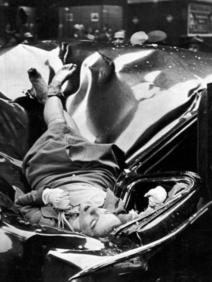 La femme sur cette photo n'est autre que Evelyn McHale 23 ans retrouvée encastrée dans une limousine au pied de l'Empire State Building après s'être suicidée en sautant du 86e étage.   En 1947 la photo parut dans le LIFE magazine peu de temps après l'incident. Le cliché est depuis considéré comme celui du plus beau suicide au monde.