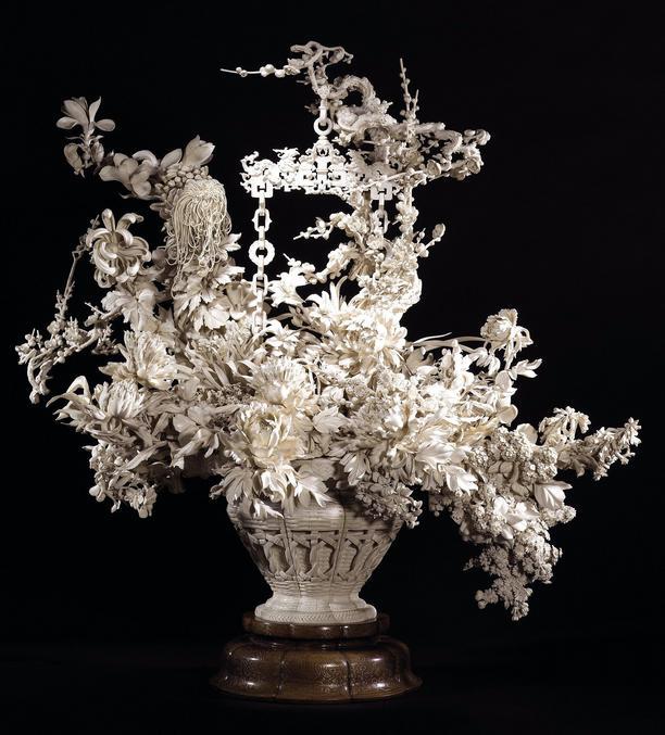Un panier de fleurs en ivoire finement sculpté par un japonais durant la période Meiji, vers 1900. Appartenant à la collection Khalili.