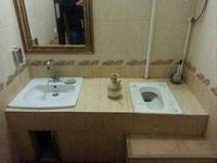 Tu te laves les mains et tu vois arriver quelqu'un à ta droite...