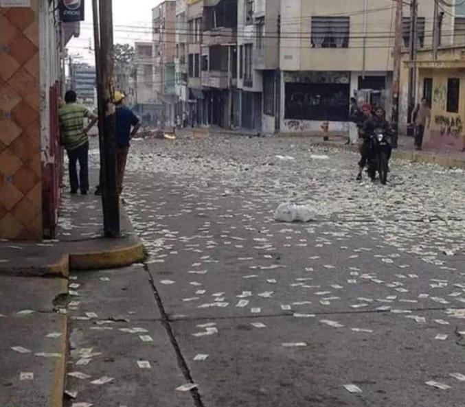 Les Vénézuéliens jettent leurs billets dans les rues car ils ne valent plus rien.