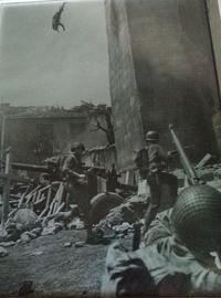 Italie 1944 : un sniper (allemand ?) vient de se faire dégommer d'une position haute (clocher ?) par un GI