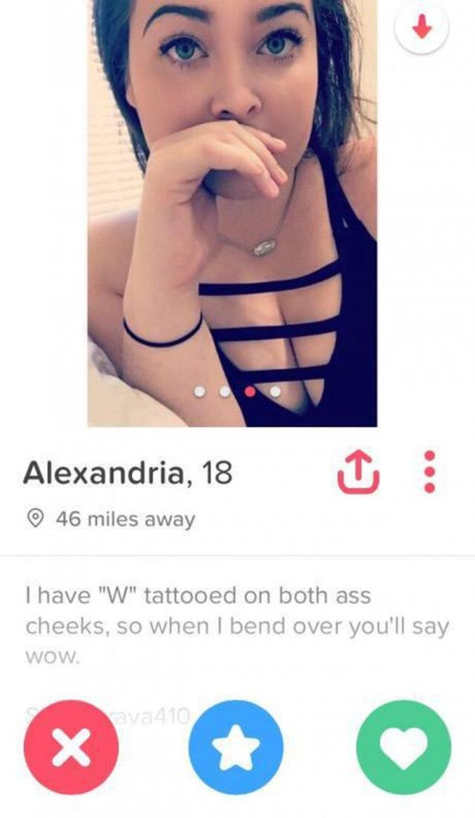 Elle a un W tatoué sur chaque fesse.