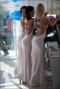 Hôtesses du stand Lada dans un salon de l'auto