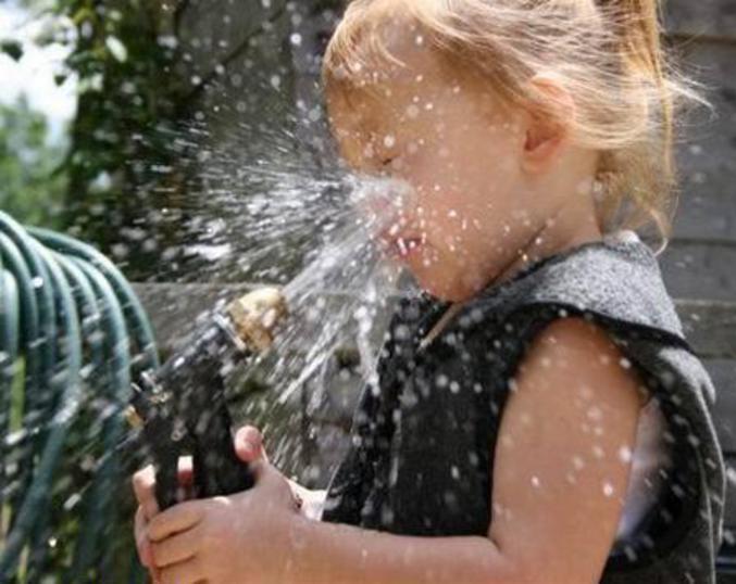 Risultati immagini per bere acqua dal tubo del giardino