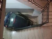 Descendre les escaliers en voiture, plus rapide que l'ascenseur ?