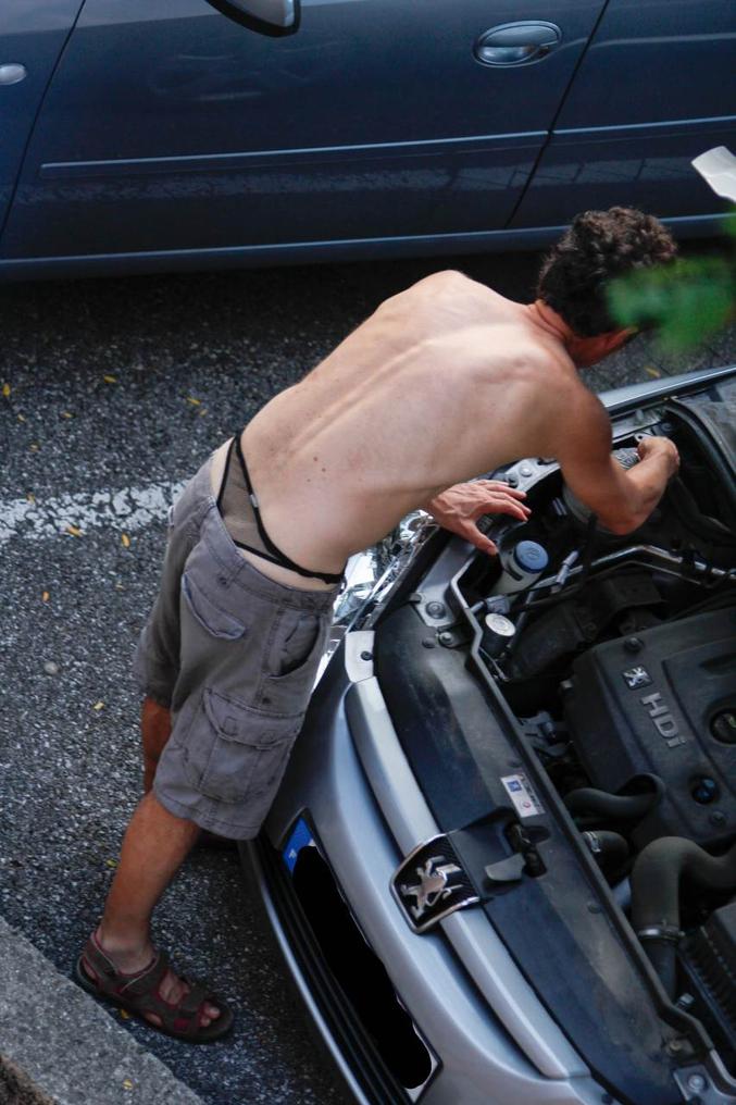bonjour, Je viens pour réparer la voiture! Devinez où j'ai mis ma trousse à outils !
