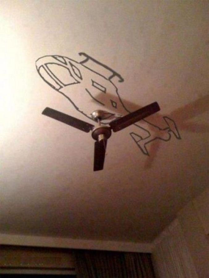 Un hélicoptère au plafond.