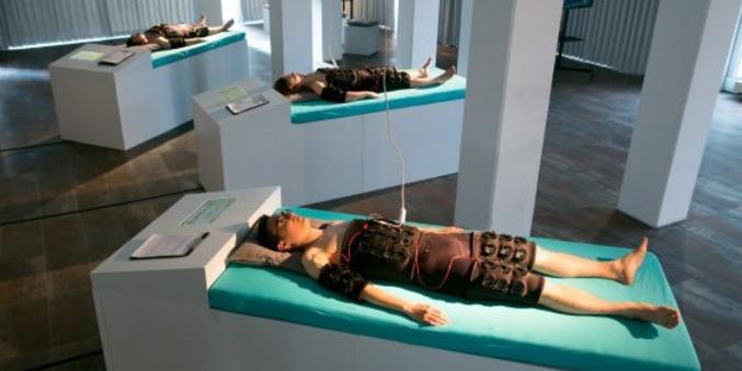 Une start-up néerlandaise mine de la cryptomonnaie à partir de la chaleur du corps. C'est flippant non ? Source : http://www.hardwarezone.com.my/tech-news-body-suit-captures-body-heat-and-uses-it-mine-cryptocurrency