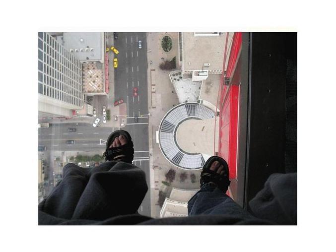 Un ascenseur au sol de verre