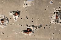 Trous de divers calibres dans un mur en Syrie