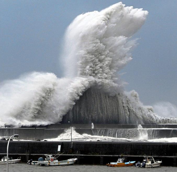 Le 21ème cyclone de la saison, le plus violent depuis Yancy en 1993, a frappé le Japon entre le 2 et le 4 septembre. Il a fait 10 morts et d'énormes dégâts.