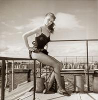 1952, Brigitte Bardot a 18 ans et pose sur les toits de Paris