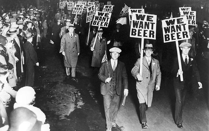 Les hommes défilent pour avoir à nouveau le droit de boire de la bière.