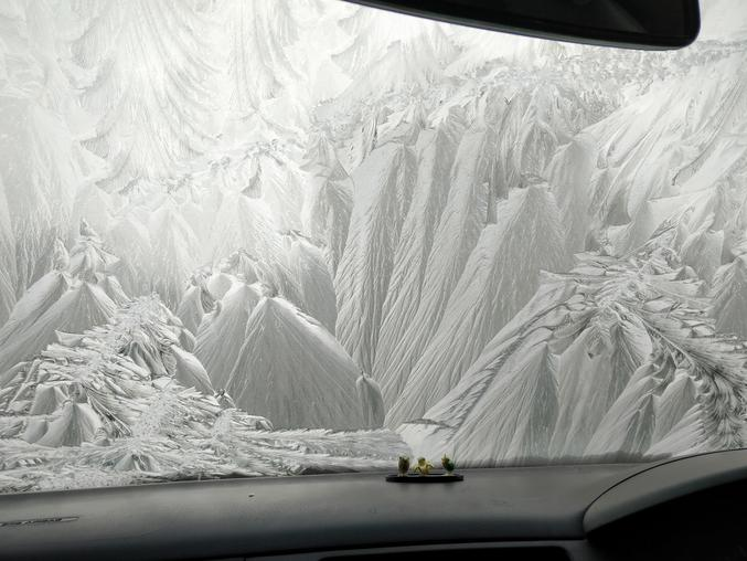Paysages enneigés dans une voiture.