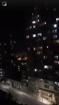 Une chanteuse d'opéra chante de la fenêtre de son appartement