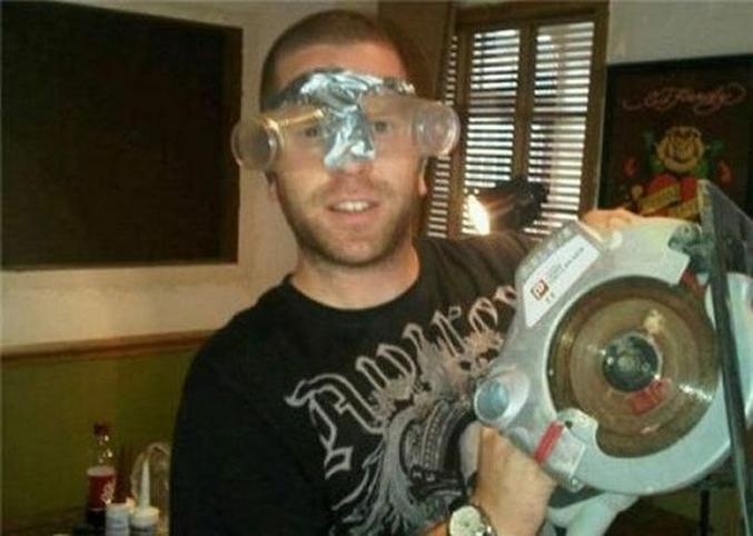 Ou juste des lunettes de protection improvisées ...