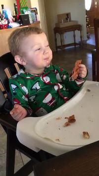 Un enfant goûte au bacon pour la première fois