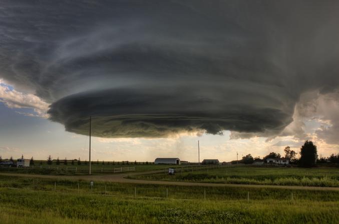 Un immense mur de nuages. Ce mur a grossi de façon exponentielle, s'est divisé deux fois pour ensuite donner naissance à trois tornades qui ont causé 64,7 millions de dollars de dommages.  (photo de  Kenneth DiLuigi)