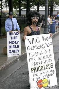 Une perruque 40 $, des lunettes 10 $