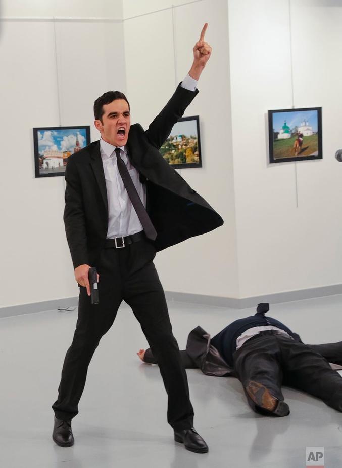 le type debout avec un flingue c'est Mevlüt Mert Altintas qui s'est fait passer pour le garde du corps du type par terre, mort, l'ambassadeur russe à Ankara, Andreï Karlov....Le photographe c'est Burhan Ozbilici. http://www.valeursactuelles.com/monde/lambassadeur-russe-ankara-assassine-par-un-policier-turc-53449