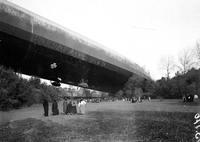 20 octobre 1917 : Des curieux viennent observer le Zeppelin L49, forcé d'atterrir près de Bourbonne-les-Bains par des aviateurs français après un raid sur Londres