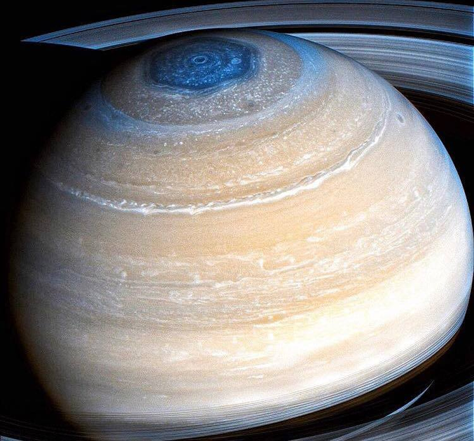 Cliché de Saturne et de la tempête hexagonale présente à son pôle. Photo prise par la sonde Cassini qui vient de plonger pour la première fois dans la zone entre les anneaux et la planète gazeuse. Elle a entamé ses 22 révolutions avant de s'abîmer en septembre prochain sous les couches supérieures de l'atmosphère saturnienne ou elle doit se désintégrer.
