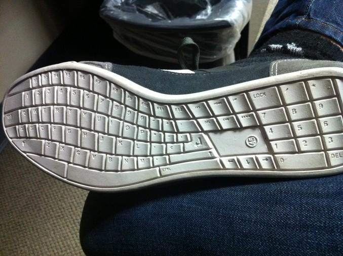 Elles ne semblent plus être disponibles :( http://www.shortlist.com/style/footwear/qwerty-sneakers  (et il manque la flèche haut)