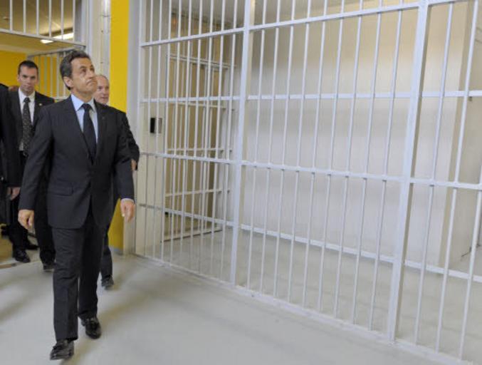 Il pourrait y être logé, aux frais du contribuable français, pour une durée de 1 an. Il peut toujours interjeter appel. https://www.lefigaro.fr/actualite-france/affaire-des-ecoutes-nicolas-sarkozy-condamne-condamne-a-3-ans-de-prison-dont-un-ferme-20210301
