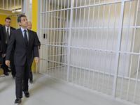 Nicolas Sarkozy réalisant un état des lieu d'entrée dans un logement .