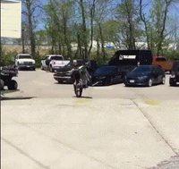 Faire la roue en moto