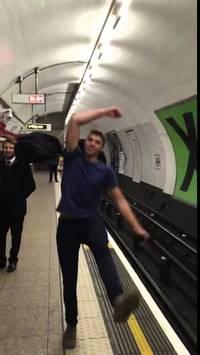 Un battle de ping-pong original dans le métro de Londres