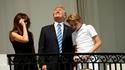 Pendant ce temps là, Donald Trumpe regarde l'éclipse de soleil...