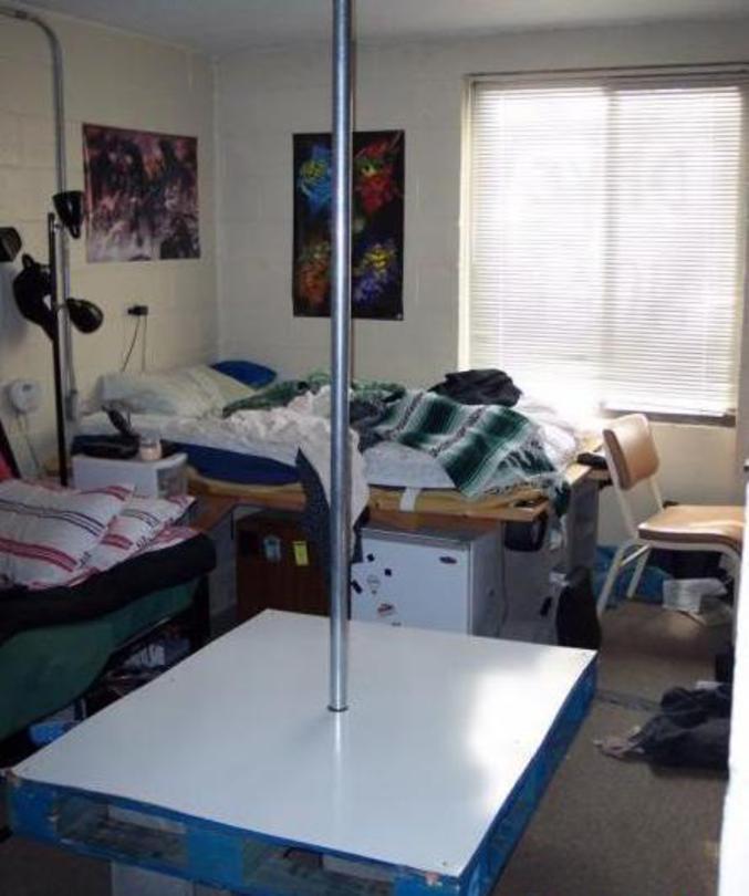 entrainement strip tease. Black Bedroom Furniture Sets. Home Design Ideas