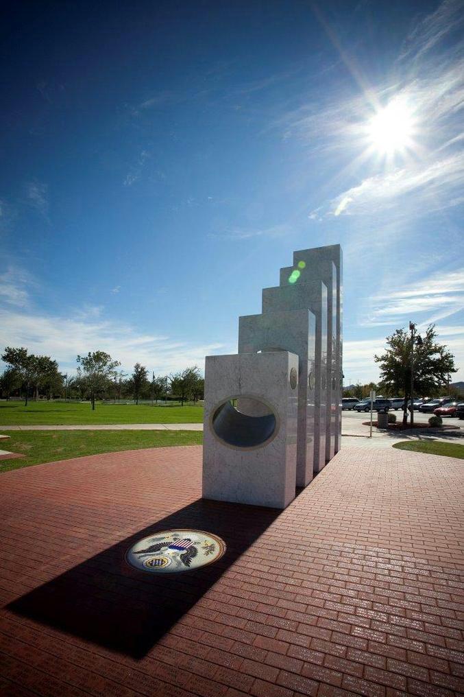 Ce cénotaphe, commémorant la fin des combats de la guerre 14-18, reçoit une lumière tous les 11 novembre à 11h11. Il est élevé à la mémoire des combattants américains tombés durant cette guerre.