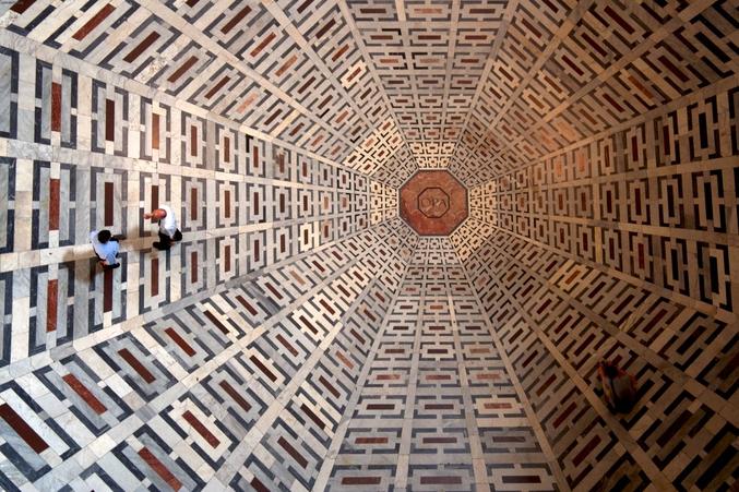 Construite en 1296, cinquième église d'Europe de par sa taille. L'astronome Paolo Toscanelli (qui avait aidé Brunelleschi pour les calculs de la construction de la coupole) établit, en 1468, le premier gnomon moderne en faisant pratiquer une ouverture circulaire sur le dôme de la cathédrale, qui, donnant une image grande et nette du Soleil sur la ligne méridienne tracée par une bande de marbre du pavé, lui sert à déterminer les points solsticiaux et d'autres grandeurs astronomiques. (il ne s'agit pas du sol que l'on voit sur la photo).