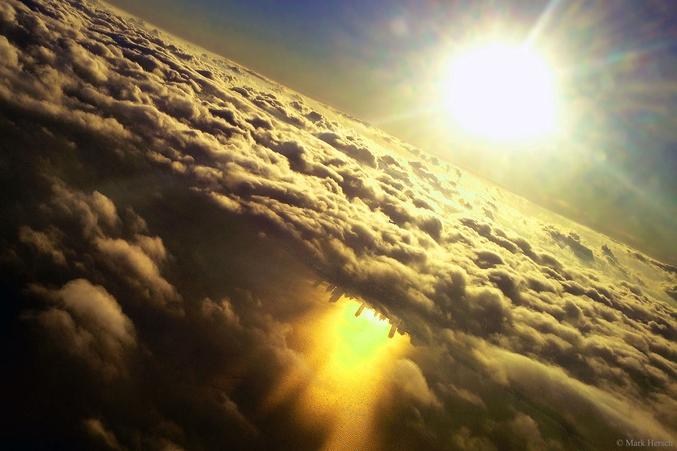 Il s'agit en fait du reflet de la ville de Chicago sur le lac Michigan pris en photo depuis un avion en approche de l'aéroport O'Hare. Photo de Mark Hersch.