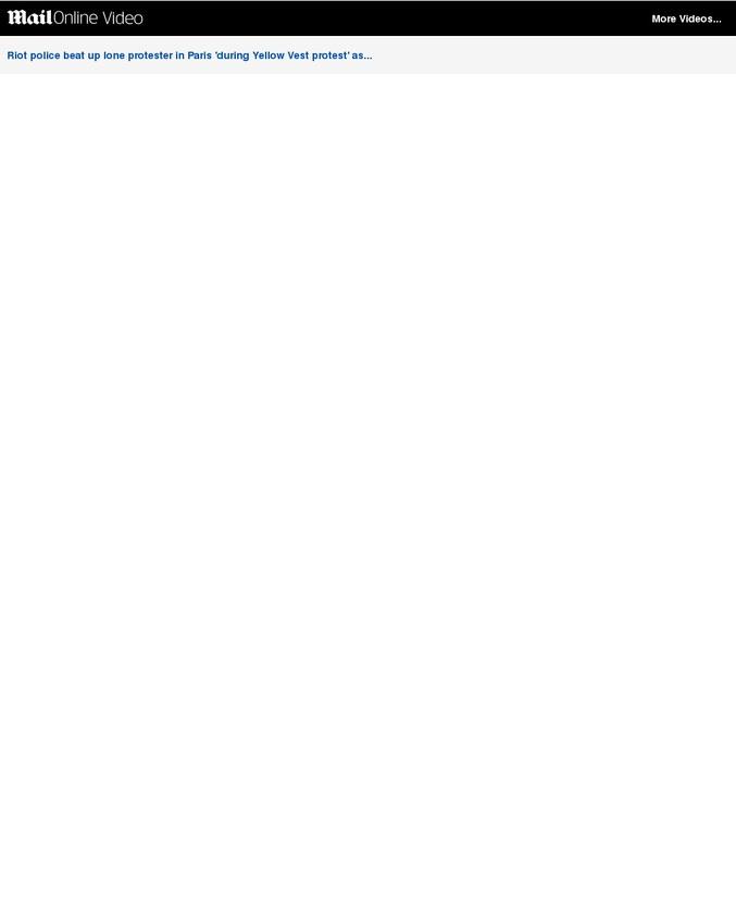 Évidemment... pas dans les journaux français.  Merci les Bolloré, Bernard Arnault, Serge Dassault, François Pinault, Patrick Drahi, Pigasse, Niel, Bergé, Vincent Bolloré, MArtin Bouygues, Arnaud Lagardère.  Source : https://www.dailymail.co.uk/news/article-6454033/Riot-police-beat-lone-protester-shocking-video-Paris.html