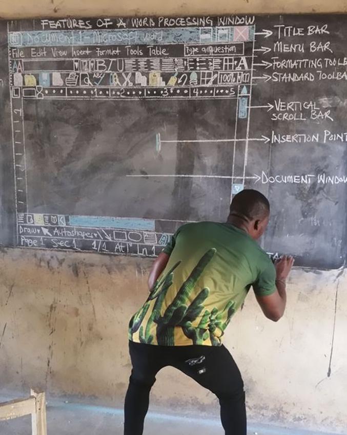 Sans ordinateur, au Ghana. Faut reconnaître que côté tableau, il excelle...