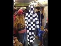 Un homme avec un costume insolite dans le métro de Moscou