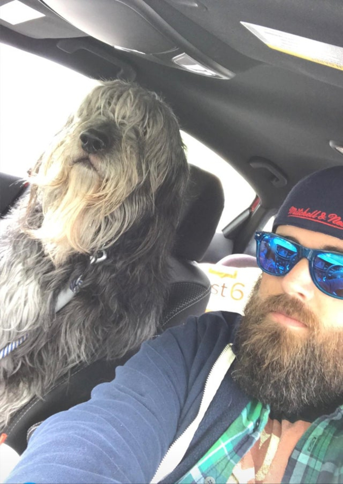 """Voici Ben. Il a une barbe et est de taille humaine. Les autres conducteurs nous regardent bizarrement.""