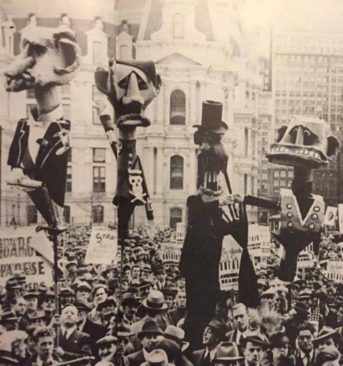 On reconnait Daladier, Hitler et Mussolini, mais j'ai de la peine à identifier le dernier (Chamberlain ?)