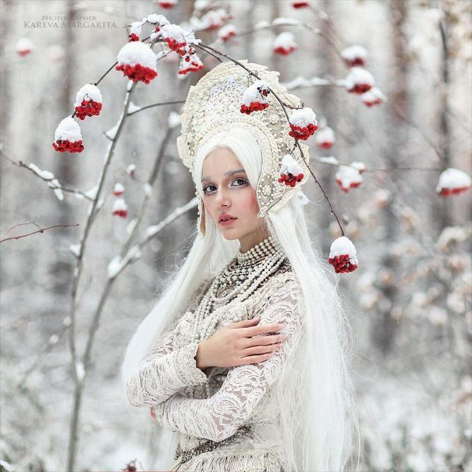 ou la « Fille de neige » est dans le folklore russe la petite-fille de Ded Moroz (russe : Дед Мороз), le « Grand-Père Gel », l'équivalent russe du Père Noël.   Ded Moroz apporte des cadeaux aux enfants, mais le soir du nouvel an et non à Noël (qui dans la tradition orthodoxe russe est célébré le 7 janvier) ; au contraire du père Noël, il les apporte au cours des réveillons ; il peut aussi les déposer au pied de l'arbre de la nouvelle année, dans les parcs publics. Ded Moroz est accompagné par sa fille Snégourotchka (en russe Снегурочка, signifiant « petite fille des neiges » ou « fée des neiges »).    Un paysan et sa femme se désolent de ne pas avoir d'enfants. Un jour d'hiver, pour se distraire, ils décident de fabriquer un enfant de neige. Celui-ci prend vie : c'est une belle petite fille, qui grandira rapidement, tout en gardant un teint pâle comme la neige : on l'appelle Snégourotchka. Lorsque le printemps arrive, la jeune fille manifeste des signes de langueur. Les autres jeunes filles du village l'invitent à jouer avec elles, et sa mère adoptive la laisse partir à regret. Elles s'amusent et dansent, la fille de neige restant toujours en arrière, puis l'entraînent à sauter par-dessus un feu de joie : à ce moment, elles entendent un cri, et en se retournant, elles découvrent que leur compagne a disparu. Elles la cherchent partout sans succès : Snégourotchka a fondu, et il n'en est resté qu'un flocon de brume flottant dans l'air.  Source: wiki