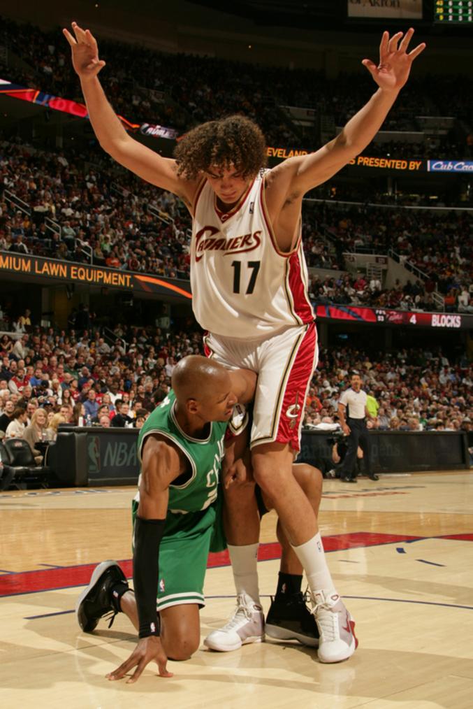 Un basketteur qui joue tactique.