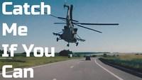 Hélicoptère en rase-motte au dessus d'une autoroute
