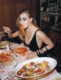 Manger comme une cochonne, ou une cochonne mange...