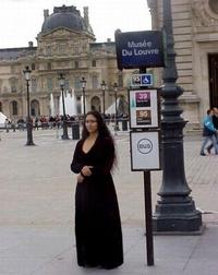 Mona à l'arrêt de bus