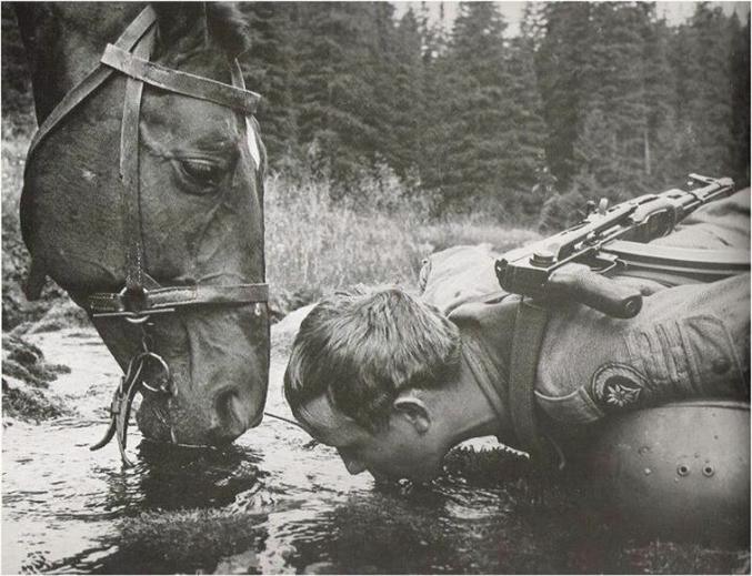 """""""Pour le Cosaque, le cheval est un ami et le sabre une distraction"""". (En l'occurrence, il ne s'agit pas d'un Cosaque, mais probablement d'une unité de cavalerie du Pacte de Varsovie. Date inconnue)."""