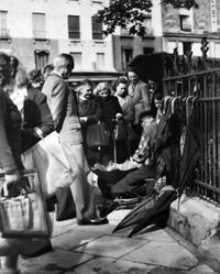 1952: Il existait encore des réparateurs de parapluie dans les rues de Paris