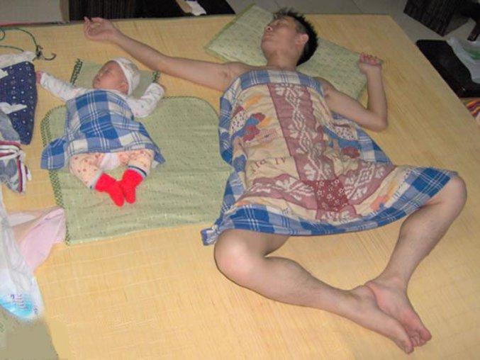 Un papa dort comme son bébé à côté de lui